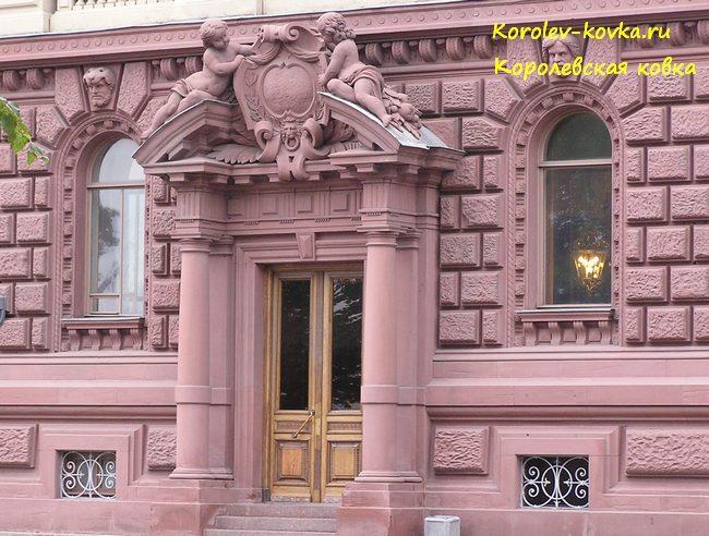 Кованые оконные решетки во дворце Михаила Михайловича
