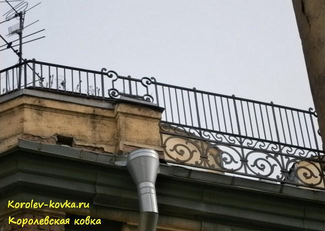 Ограждения на крыше с рулонной кровлей