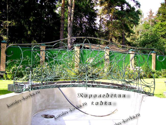 Кованый мостик на бассейне