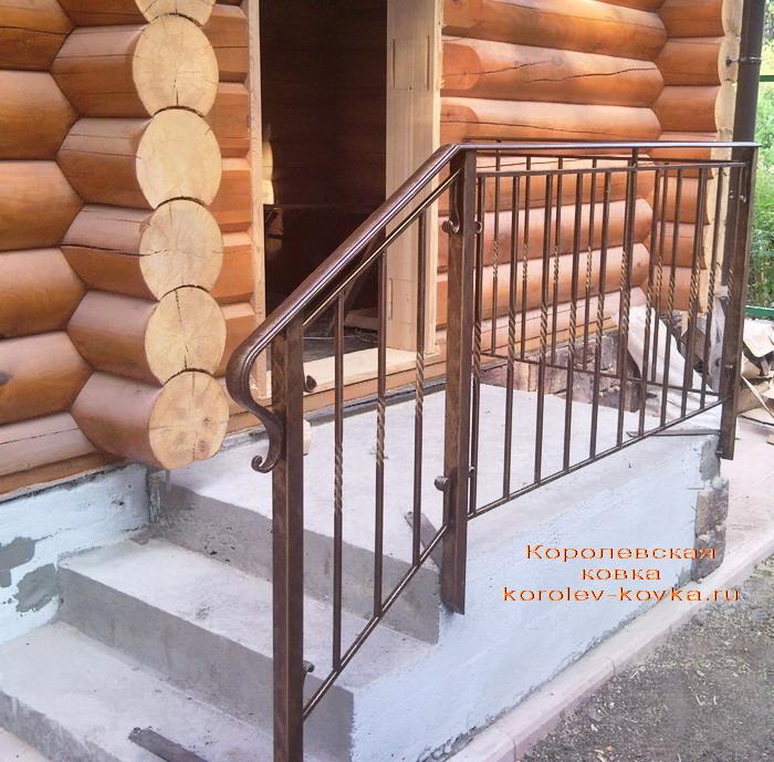 Кованые перила на входе в баню